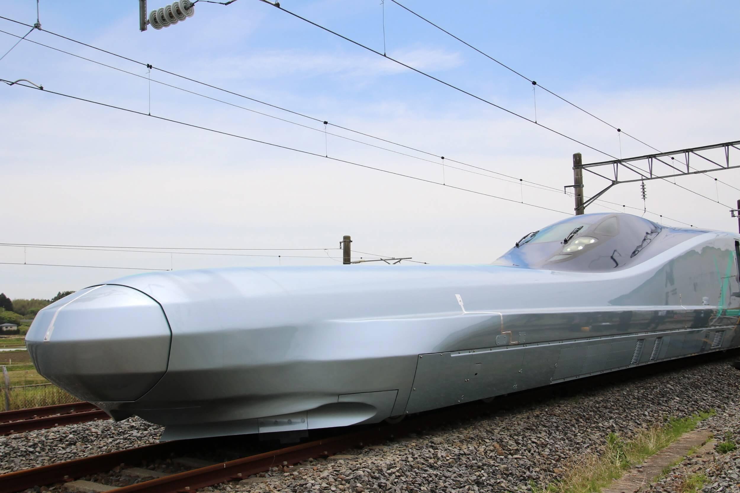 Prototyp japonského rýchlovlaku Alfa-X brázdi železnice rýchlosťou 400 km/h