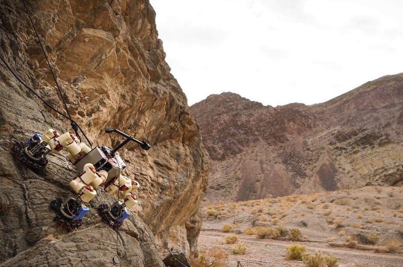 NASA a jej robotický horolezec zdolávajú skalné previsy