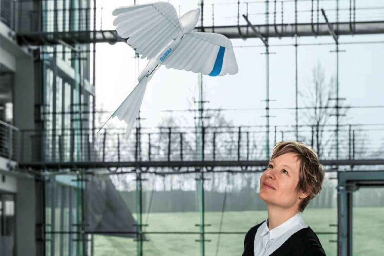 Festo predstavuje lietajúceho robota a bionickú ruku