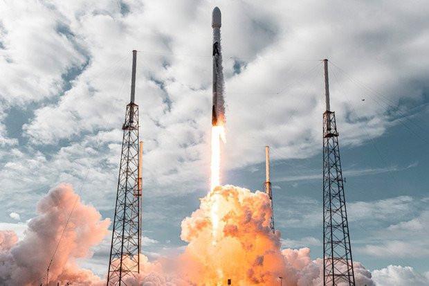 SpaceX vypúšťa do kozmu rekordný počet 143 umelých družíc
